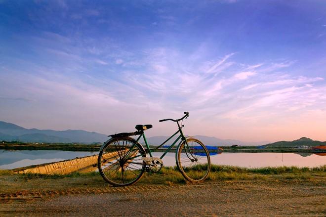 Họ thường phải thức dậy từ 3h sáng, đạp xe 4km đến đồng muối để trên bờ và xắn tay vào làm việc ngay.