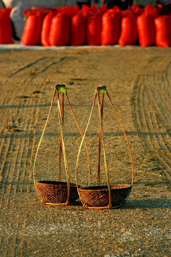 Đôi gióng, một vật dụng không thể thiếu của nghề gánh muối, trong nắng sớm.