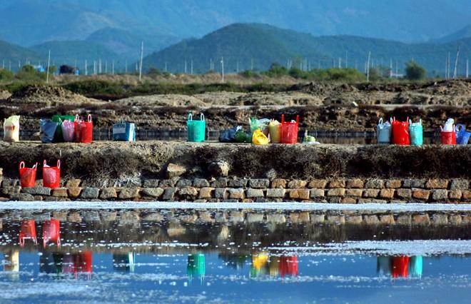 Đồ dùng cá nhân họ để vươn vãi trên bờ ruộng muối.