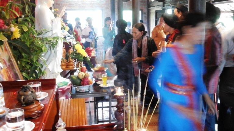 Lễ dâng hương Bác Hồ và tưởng nhớ các vua Hùng tại Nhà cổ WSD