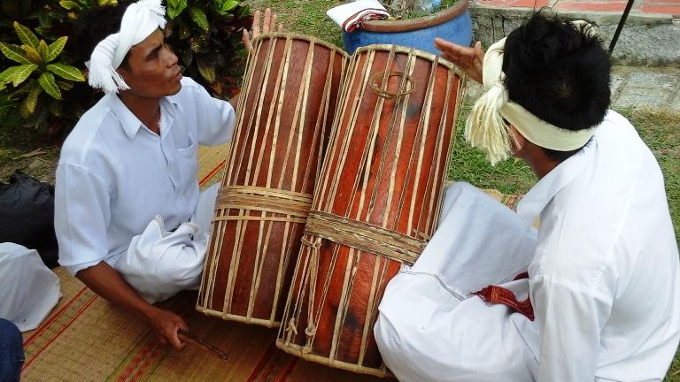 Đánh trống Ghi năng-một trong những nhạc cụ nổi tiếng của đồng bào Chăm trong các lễ hội