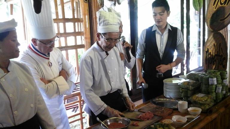 Các đầu bếp giới thiệu với du khách cách chế biến đặc sản nổi tiếng nem Ninh Hòa