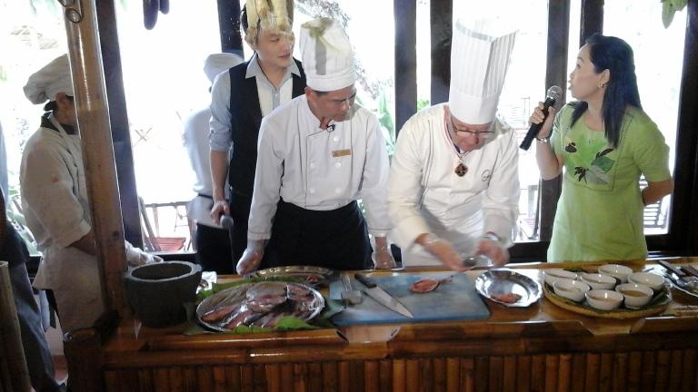 Đầu bếp người Pháp Mac Foucher tự tay giới thiệu với du khách cách làm cá lấy thịt chế biến món bún cá Ninh Hòa nổi tiếng