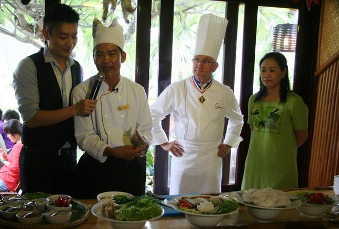 Đầu bếp của White Sand Doc Let giới thiệu món bún cá Ninh Hòa,ảnh: Thanh Thúy