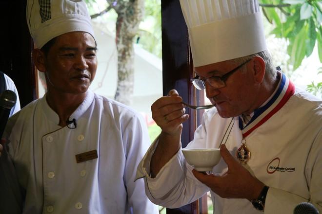 Chuyên gia ẩm thực Marc Foucher nếm bún lá-cá dầm. Ảnh: Thanh Thúy