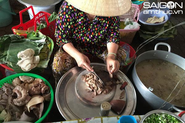 Cháo lòng cô Trúc, cô Mai giữa chợ Dinh Ninh Hòa
