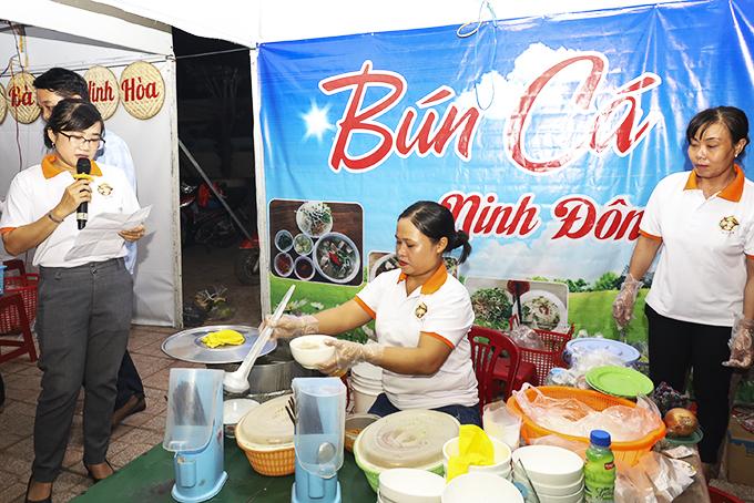 Đại diện cơ sở bún cá Ninh Đông giới thiệu sản phẩm của mình tại lễ hội ẩm thực Ninh Hòa.